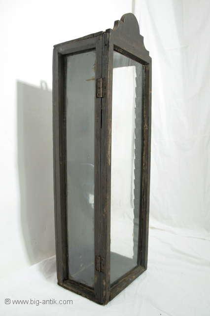 ausgefallene antike glasvitrine schmale vitrine h ngeschrank glasschrank ebay. Black Bedroom Furniture Sets. Home Design Ideas